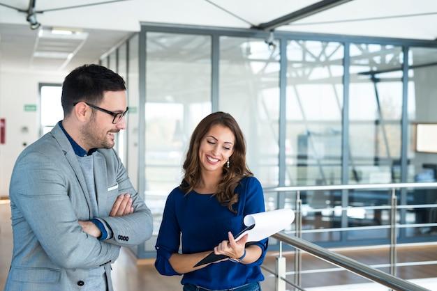 Dos empresarios analizando el proyecto juntos
