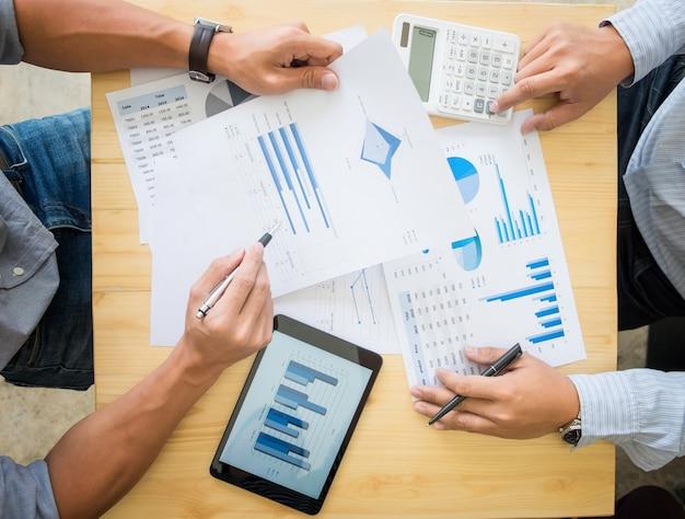 Dos empresarios calculando la factura fiscal