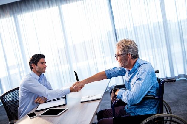 Dos empresarios dando un apretón de manos