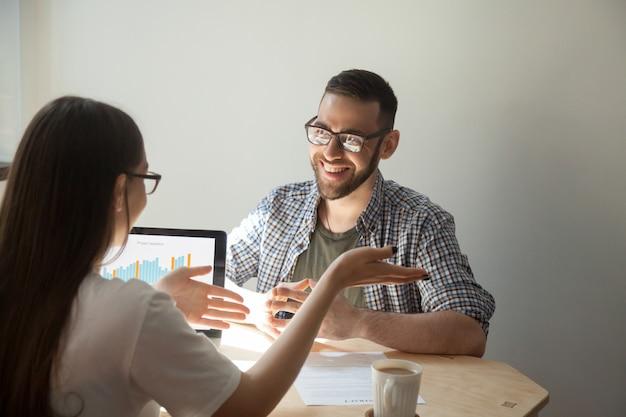 Dos empresarios discutiendo los detalles de un contrato.