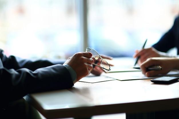 Dos empresarios discutiendo información financiera.