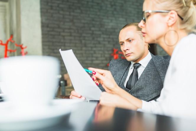 Dos empresarios examinando el acuerdo en el restaurante