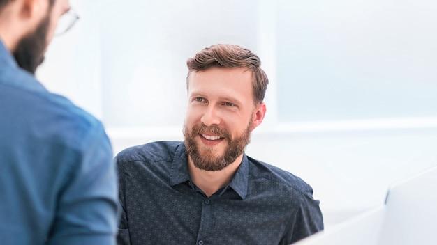 Dos empresarios exitosos en un fondo de oficina