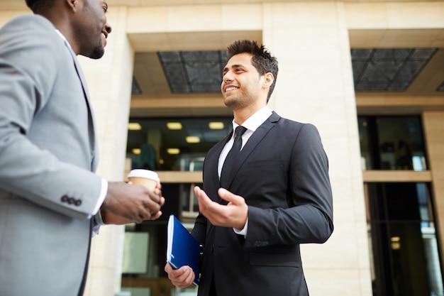 Dos empresarios hablando en la ciudad