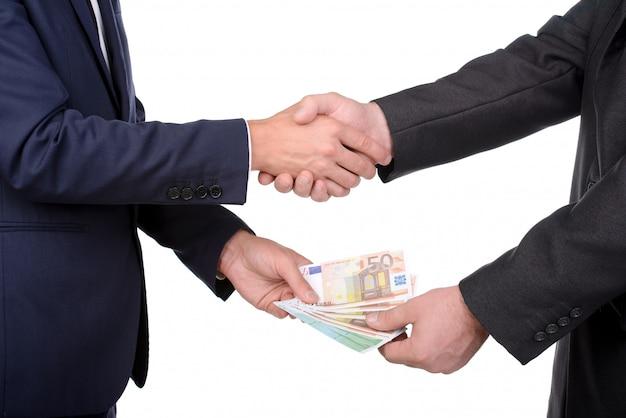 Dos empresarios hacen un trato.