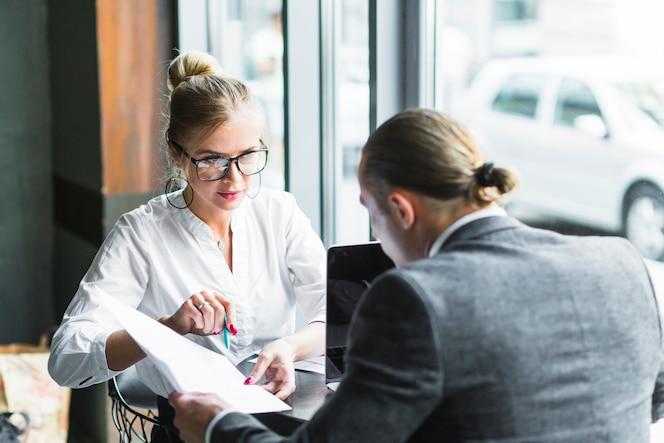 Dos empresarios haciendo papeleo en café