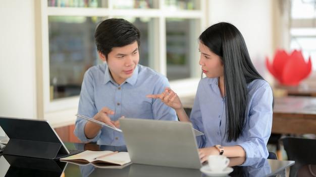 Dos empresarios informando sobre su proyecto