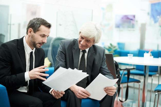Dos empresarios maduros en el trabajo