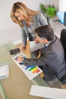 Dos empresarios mirando documentos en una oficina