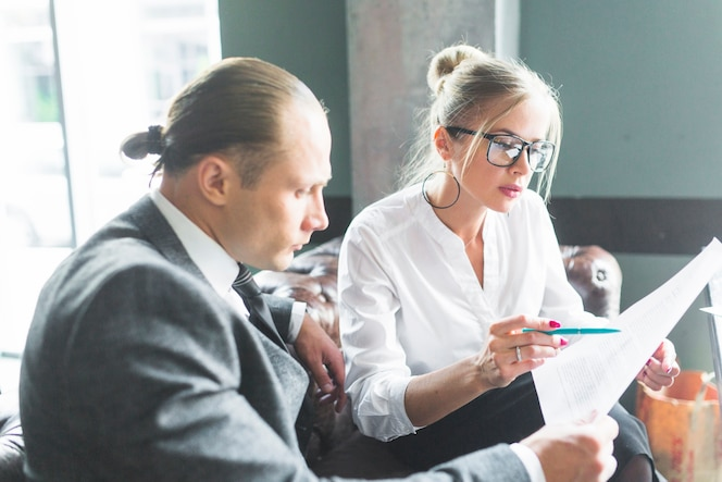 Dos empresarios que examinan el documento en caf�