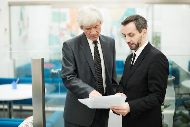 Dos empresarios senior en el trabajo