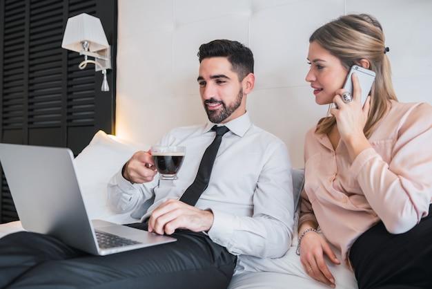Dos empresarios trabajando juntos en la computadora portátil.