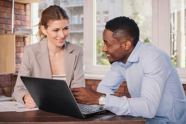 Dos empresarios trabajando juntos