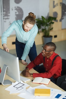 Dos empresarios usando la computadora