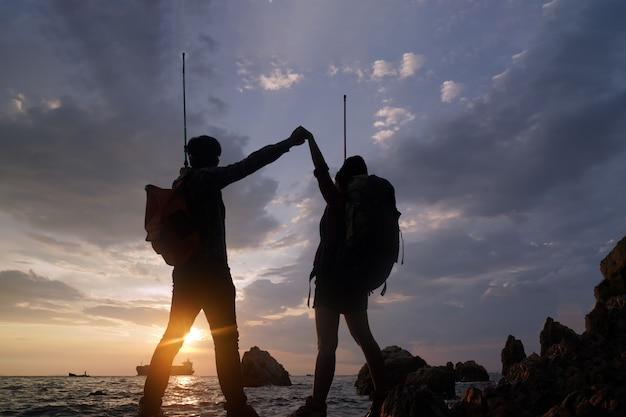 Dos escaladores ayudando a subir. concepto de éxito, ayuda, trabajo en equipo y concepto de liderazgo.