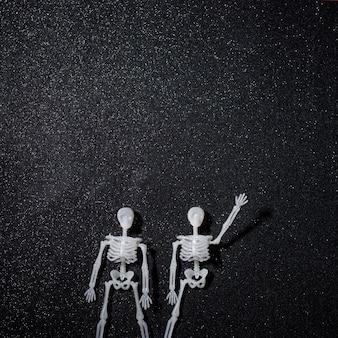 Dos esqueletos de saludo