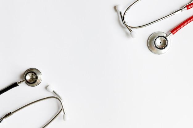 Dos estetoscopios para auscultación (escucha) de sonidos provenientes del corazón, vasos sanguíneos, pulmones, bronquios, intestinos, aislados