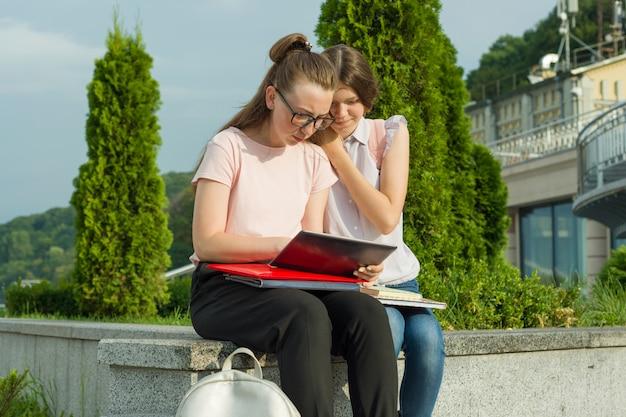 Dos estudiantes de aprendizaje con mochilas