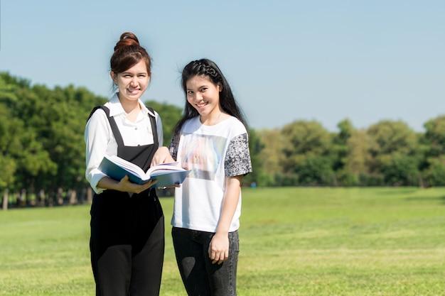 Dos estudiantes asiáticos leyendo juntos