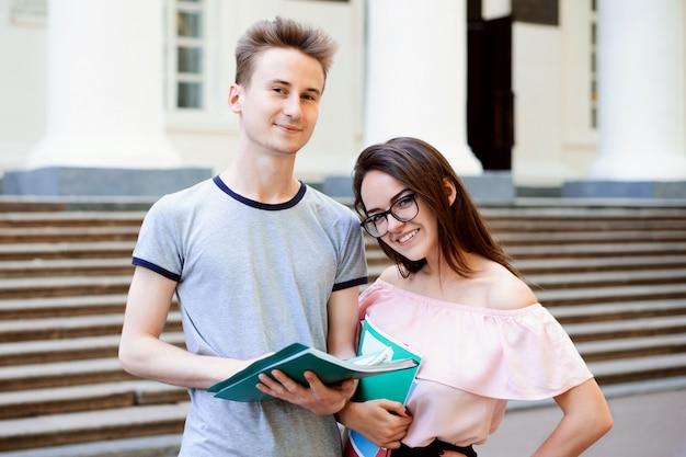 Dos estudiantes cerca de la antigua universidad convencional.