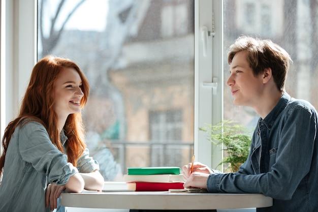Dos estudiantes hablando en cafe