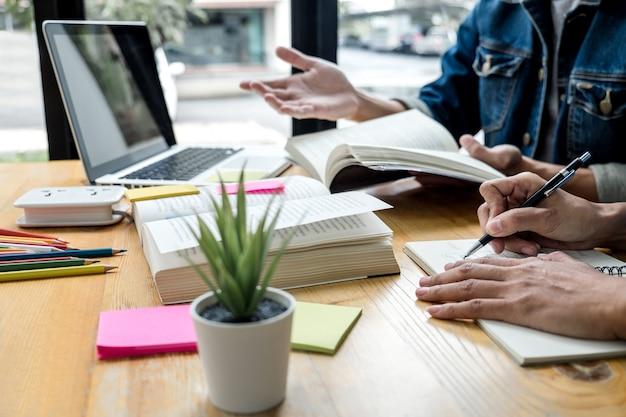 Dos estudiantes de secundaria o compañeros de clase con un amigo ayuda a hacer las tareas de aprendizaje en el aula