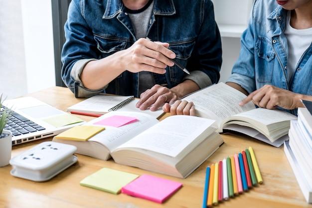 Dos estudiantes de secundaria o compañeros de clase con ayuda ayudan a un amigo a hacer las tareas de aprendizaje en el aula.
