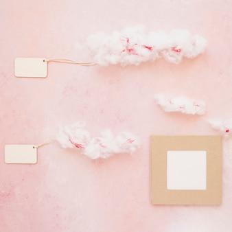 Dos etiquetas nubladas con marco en el fondo de color