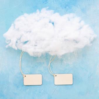 Dos etiquetas nubladas sobre fondo de color