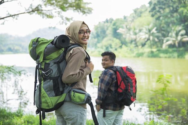 Dos excursionistas en trekking