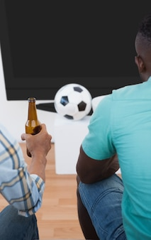 Dos fanáticos del fútbol viendo la televisión