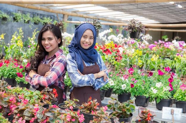 Dos floristas asiáticos en florería