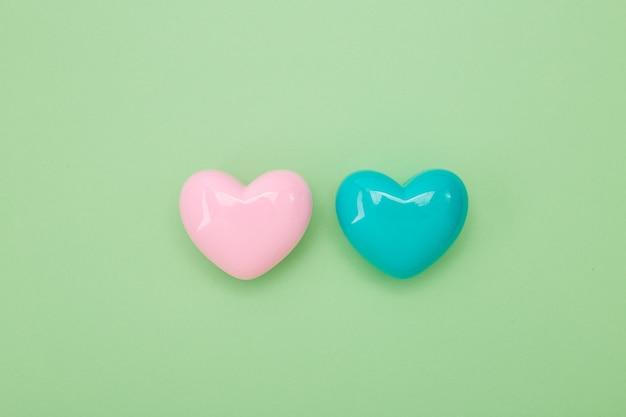 Dos formas de corazón sobre papel verde