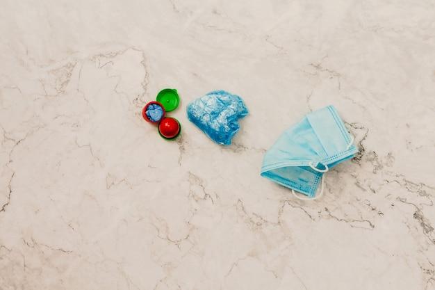 Dos fundas para zapatos médicos azules en cápsulas individuales cubrezapatos desechables concepto de protección