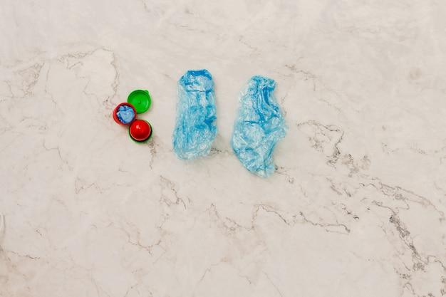 Dos fundas para zapatos médicos azules con tapas de colores fundas para zapatos desechables concepto de protección espacio de copia
