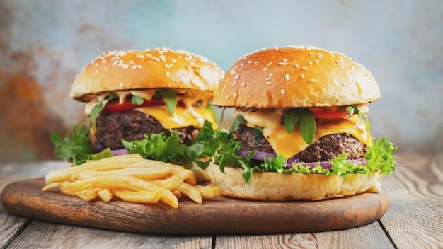 Dos hamburguesas frescas hechas en casa.