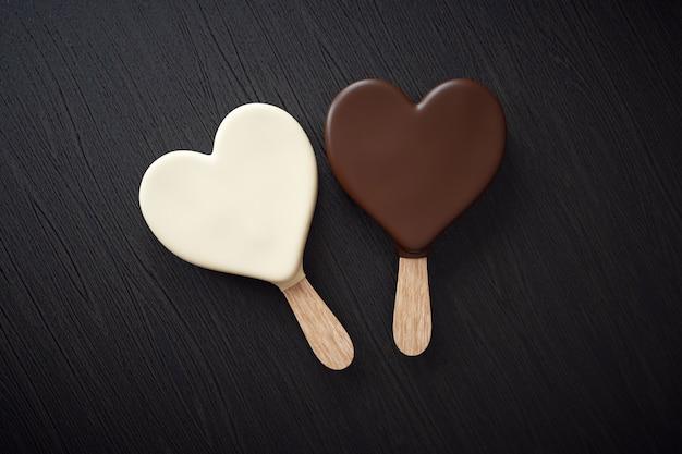 Dos helados con forma de corazón.