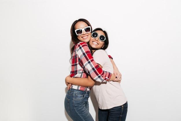 Dos hermanas asiáticas muy alegres señoras