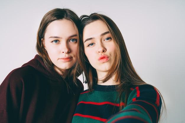 Dos hermanas gemelas hermosas chicas en selfie toma casual