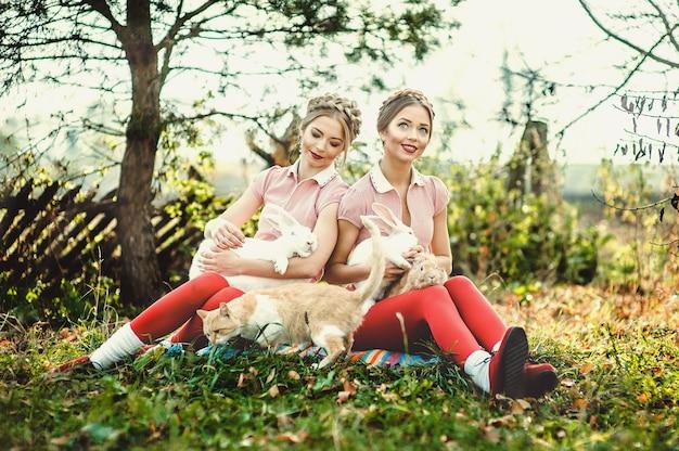 Dos hermanas gemelas hermosas de vacaciones en el campo