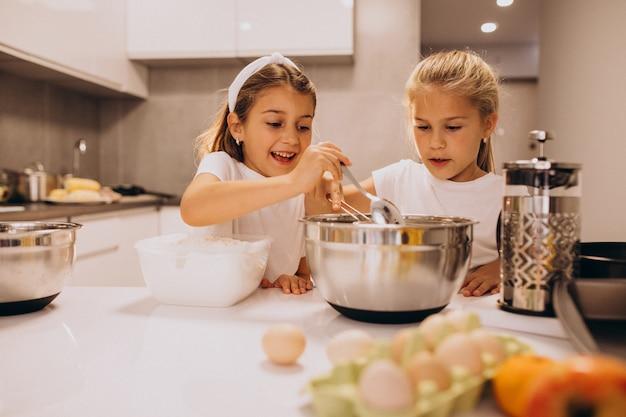 Dos hermanitas cocinando en la cocina