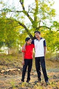 Dos hermanito indio caminando en la carretera