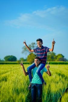 Dos hermano rural indio jugando en el campo