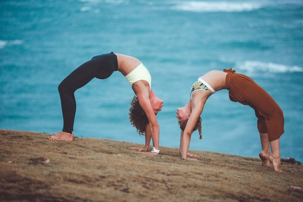 Dos hermosa chica haciendo yoga