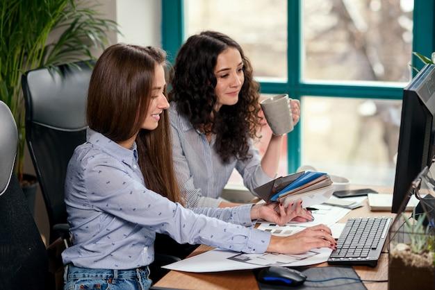 Dos hermosa mujer diseñadora en la oficina trabajando con muestras de color. gente creativa o concepto de negocio de publicidad.