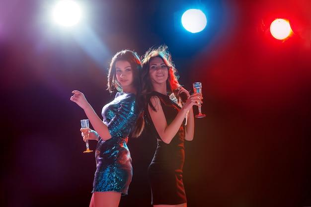 Dos hermosas chicas bailando en la fiesta
