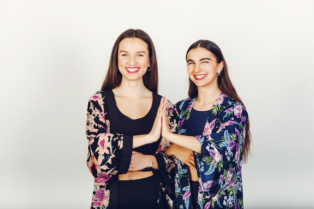 Dos hermosas chicas en un estudio