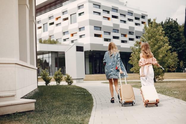 Dos hermosas chicas de pie junto al aeropuerto