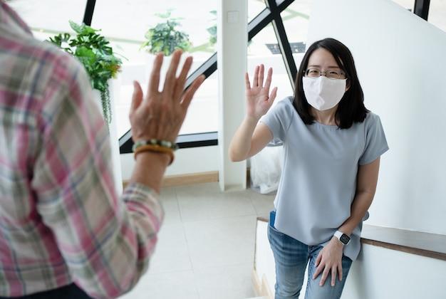 Dos hermosas mujeres asiáticas saludando con colega