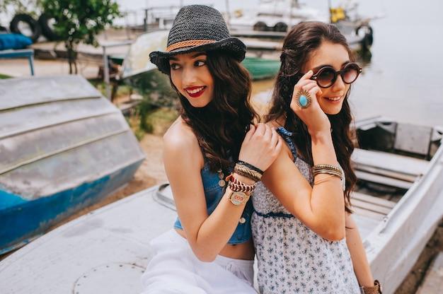 Dos hermosas mujeres jóvenes haciendo selfie